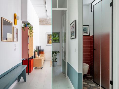 במראה משתקף תצלום ירוק בחדרון העבודה נטול החלון (צילום: אביעד בר נס)