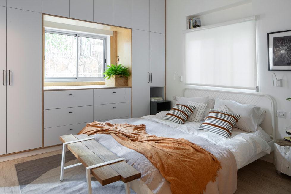 חדר השינה גדול, ובו נמצא ארון הקיר היחיד שתוכנן בדירה. החדר מואר בשני חלונות, ויש לו חדר רחצה צמוד, שתופס את מקומה של מרפסת השירות לשעבר (צילום: אביעד בר נס)