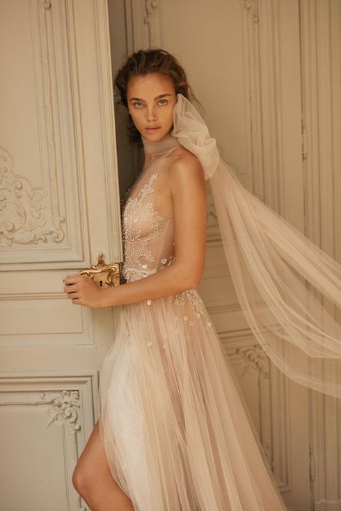 """שמלה של מרטינז. """"נצא מהקורונה חזקים יותר וטובים יותר"""" (צילום: דודי חסון)"""