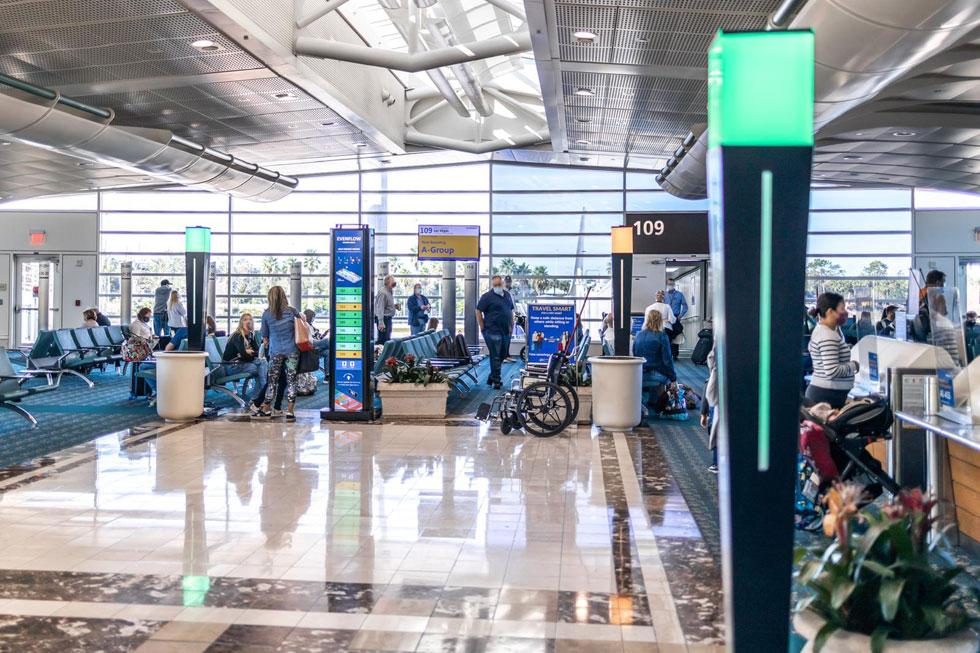 """העמוד מימין, בנמל התעופה באורלנדו, הוא מערכת ניטור שפיתחה חברת פרוטאץ בשיתוף Synect האמריקאית. """"מדובר בהצלחה"""" (צילום: רון יהב)"""