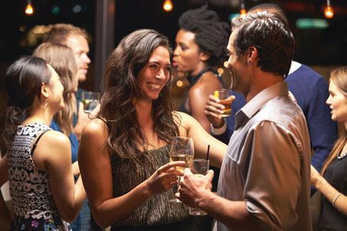 """""""בפגישה במרחב כמו פאב את בודקת איך הגבר מתקשר""""  (אילוסטרציה) (צילום: Shutterstock)"""