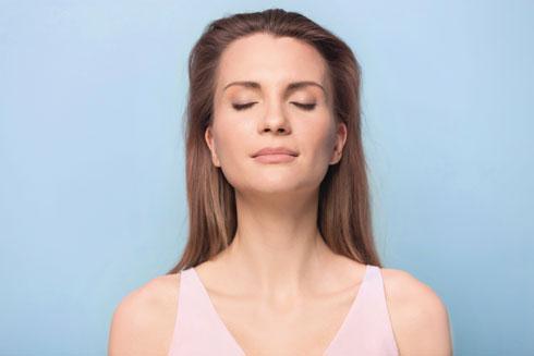 האף מסנן את האוויר, מחמם אותו, מטפל בו ודוחס אותו לריאות שלנו באופן שמאפשר להן להפיק יותר חמצן בכל נשימה לעומת נשימה דרך הפה. זו הסיבה לכך שנשימת אף הרבה יותר בריאה ויעילה מאשר נשימה דרך הפה  (צילום: Shutterstock)