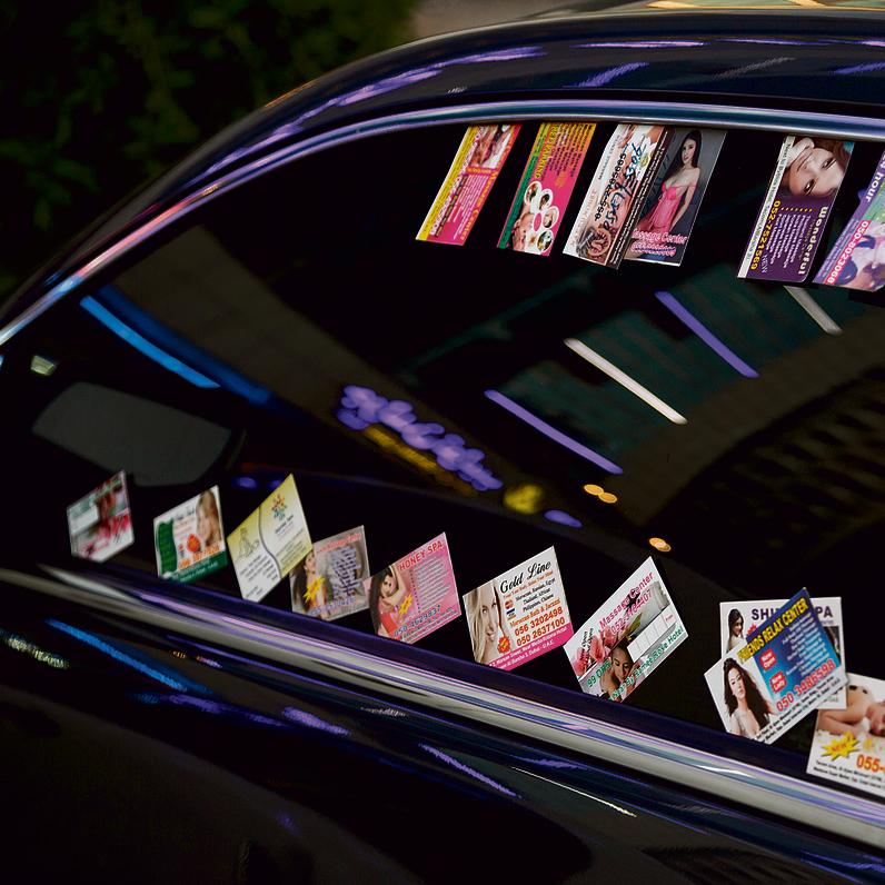 כרטיסי ביקור המציעים שירותי זנות על רכב בדובאי   צילום: שאטרסטוק