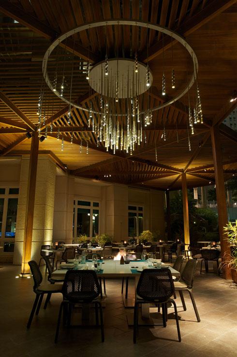 גרסה של מנורת הגשם לחוץ, במלון ''פור סיזנס'' בקטאר  (צילום: באדיבות סטודיו אילנאל)