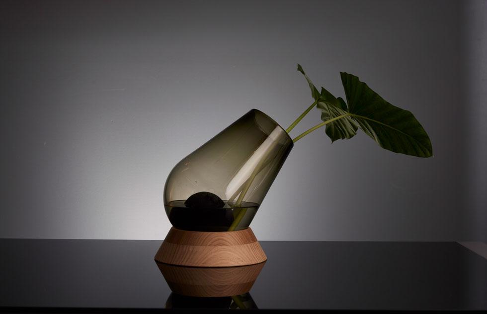 עובד לא מעט עם האמירויות. השבוע, למשל, הוזמן עבור וילה פרטית בדובאי אגרטל שנקרא canon vase. ''זו העבודה הכי ישראלית שלי'', הוא אומר. ההשראה הגיעה משירה של להקת חיל התותחנים, ''פרחים בקנה'' (צילום: באדיבות סטודיו אילנאל)