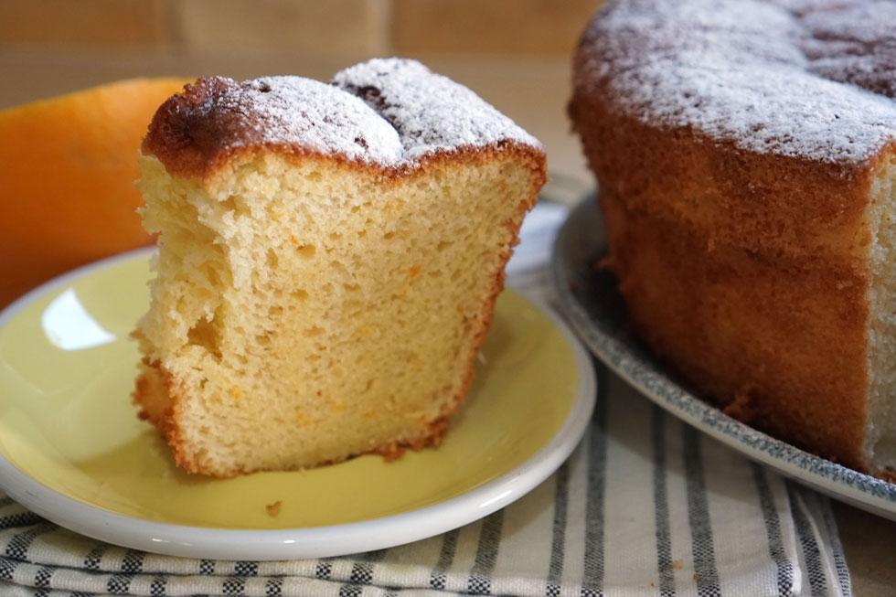 הגבוהה וחתיכה: עוגת תפוזים רכה ואוורירית (צילום: טל סורסקי)