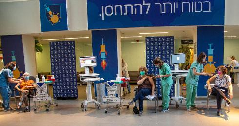 שלוש הרופאות מתחסנות יחד באיכילוב (צילום: ג'ני ירושלמי)