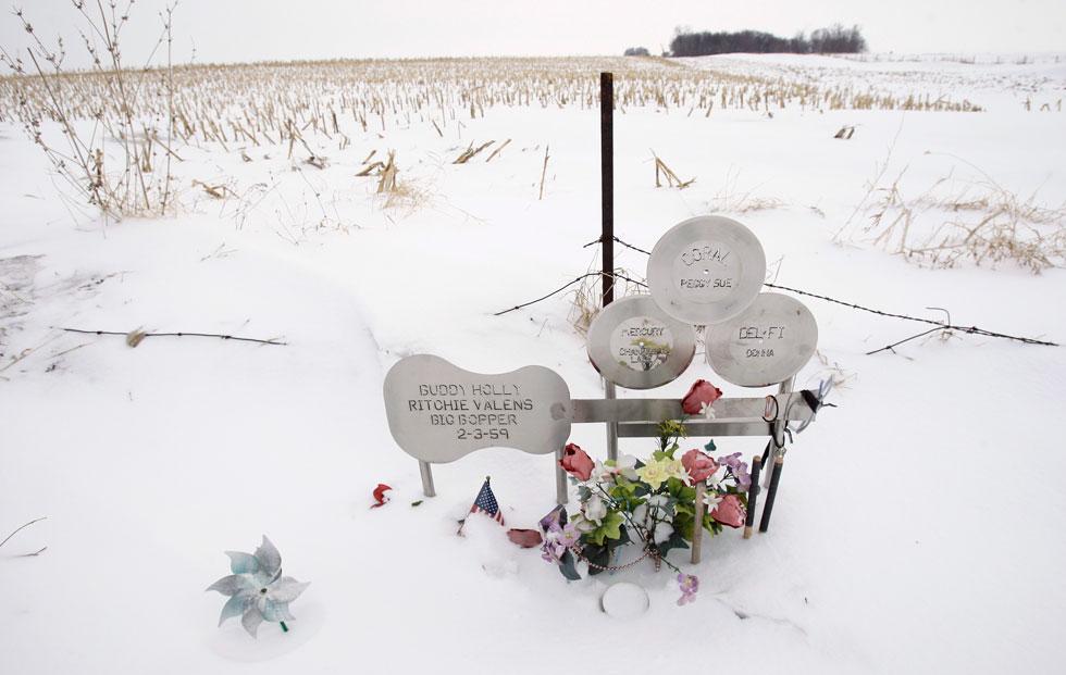 אנדרטה לזכר באדי הולי ושני המוזיקאים האחרים שנספו באסון המטוס. אשתו של הולי שמעה על מותו בטלוויזיה והפילה את העובר שנשאה (צילום: AP)