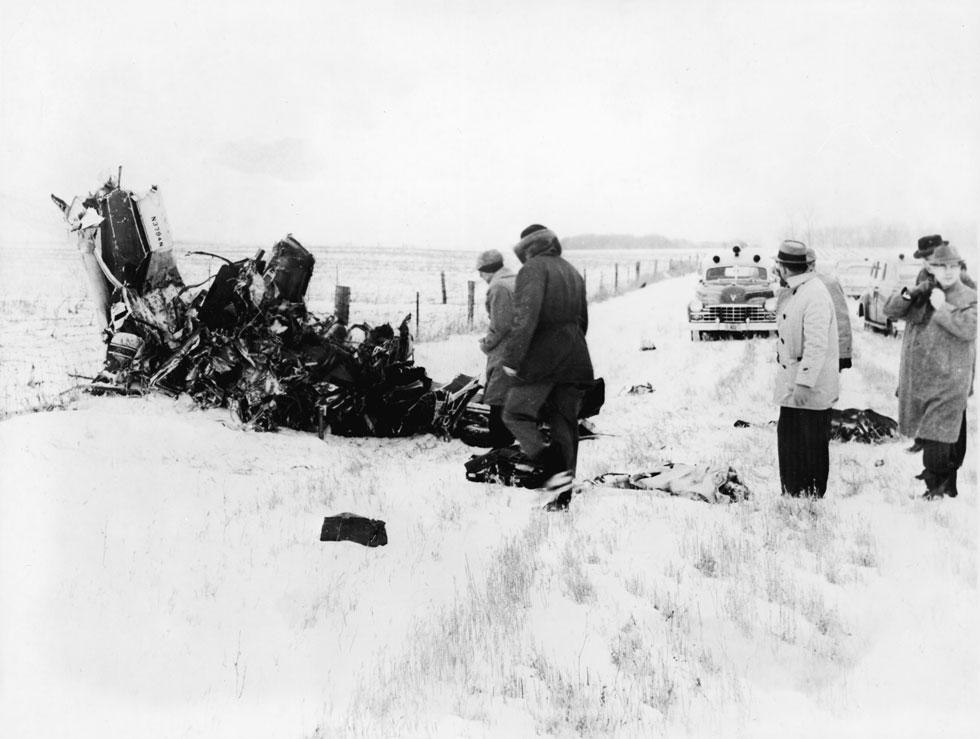 בודקים את שרידי המטוס ליד העיר קליר לייק שבאיווה. המבשר הגדול של הרוק מצא את מותו בתאונה מחרידה (צילום: GettyimagesIL)