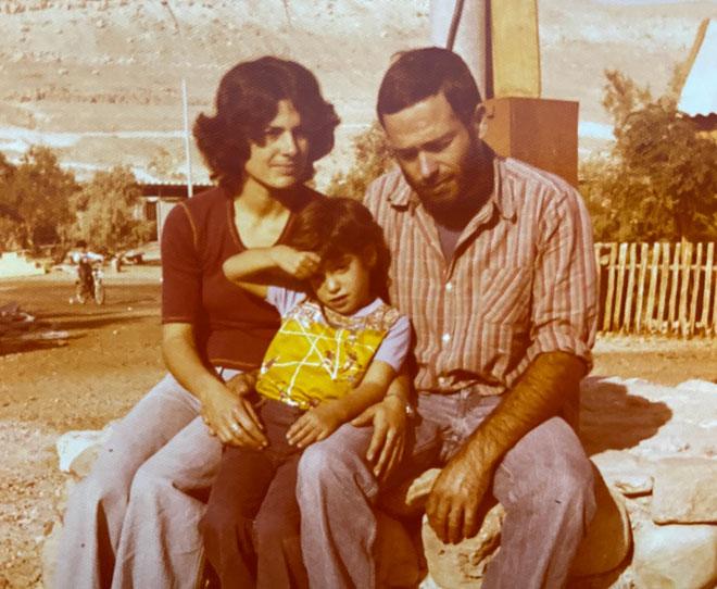 """עם הוריה. """"הייתי חזקה, עצמאית ודעתנית"""" (צילום: אלבום פרטי)"""