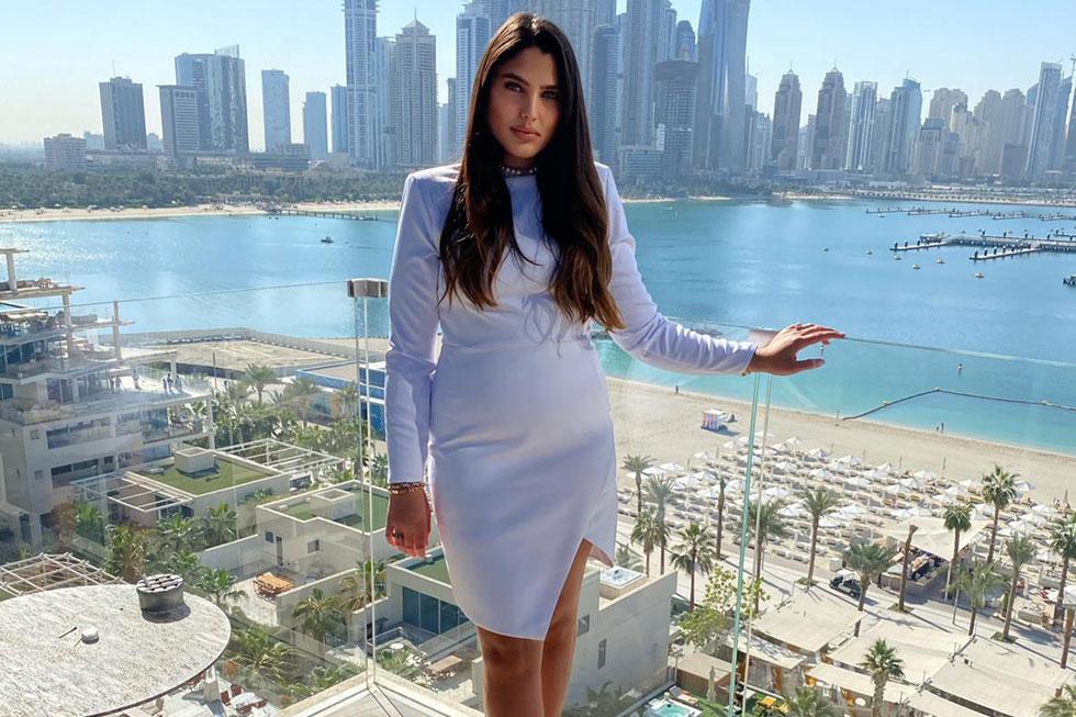 לבשה חליפה ליד הבורג' ח'ליפה. מור ממן  (צילום: חשבון האינסטגרם של mor.mamancosmetics@)