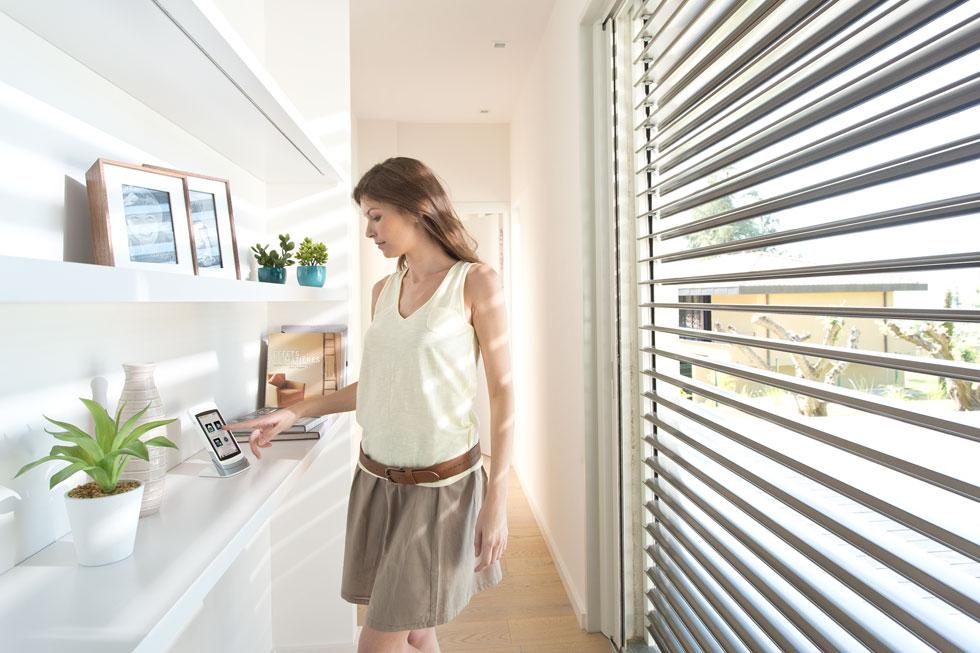 """בקרה ושליטה פרטנית ומרכזית בכל התריסים באמצעות שלט ואפליקציית בית חכם (צילום: יח""""צ סומפי)"""