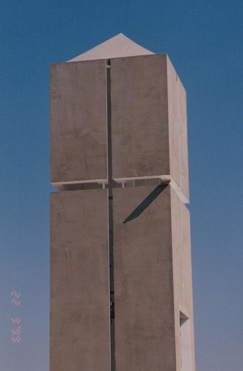 """חריץ בצורת צלב עם גג מחודד בסגנון קמפנילה. המגדל הזה סימל את הדת הנוצרית (צילום: באדיבות ארכיון """"מרכז רכטר לאדריכלות"""")"""
