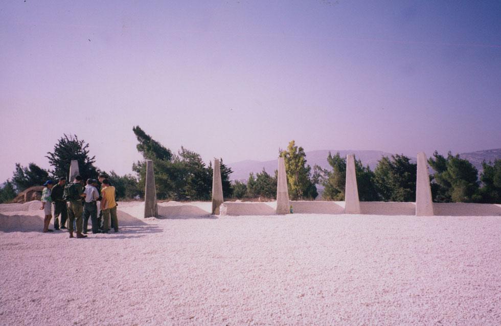 """הכנות לפתיחת האנדרטה. ואז עלה לשלטון אהוד ברק, שהורה לצאת מלבנון (צילום: באדיבות ארכיון """"מרכז רכטר לאדריכלות"""")"""