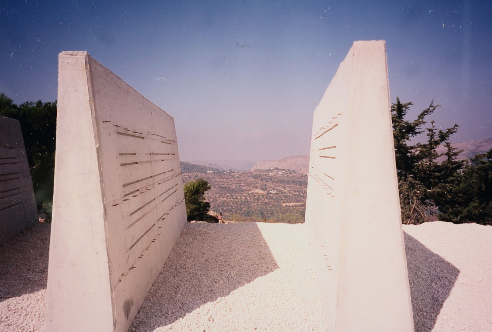 """בביקורים חטופים בשטח, תחת אבטחה, ניסו האדריכלים לייצר אתר הנצחה שהוא גם פסל סביבתי, בדומה לכמה אנדרטאות בולטות בישראל (צילום: באדיבות ארכיון """"מרכז רכטר לאדריכלות"""")"""