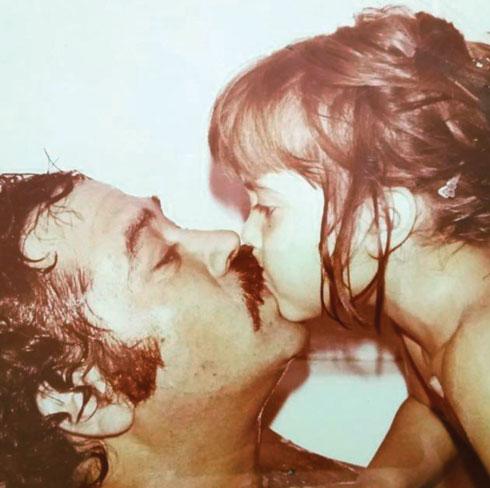 """עם יהודה בילדותה. """"אבא ואמא אנשים מאוד חמים. מגע וקרבה היו מאוד נוכחים במשפחה שלנו"""" (צילום: אלבום פרטי)"""