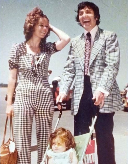 האם, נילי ברקן־גולן, והאב הביולוגי, הוגו גומז גודמן, קומיקאי שנורה למוות בצ'ילה (צילום: אלבום פרטי)
