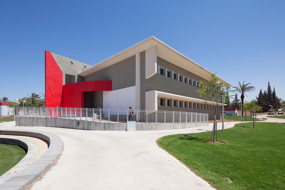 המציאות יוצרת אדריכלות: בית הספר הממוגן הראשון בישראל, בשער הנגב. לחצו על התצלום לכתבה המלאה (צילום: אביעד בר נס)