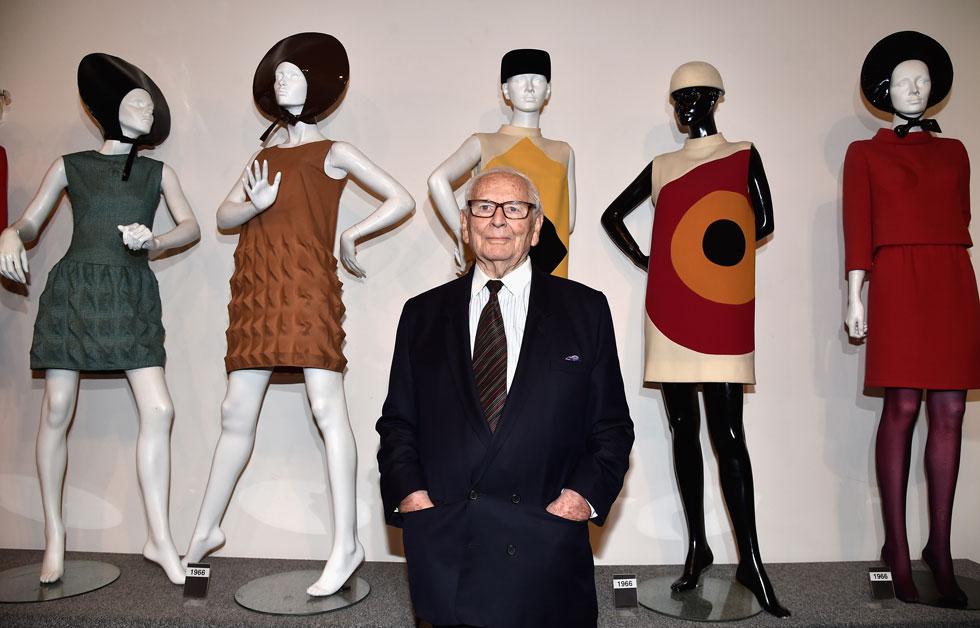אחד ממעצבי האופנה הבולטים ביותר בעולם. פייר קארדן עם דגמים בעיצובו (צילום: Pascal Le Segretain/GettyimagesIL)