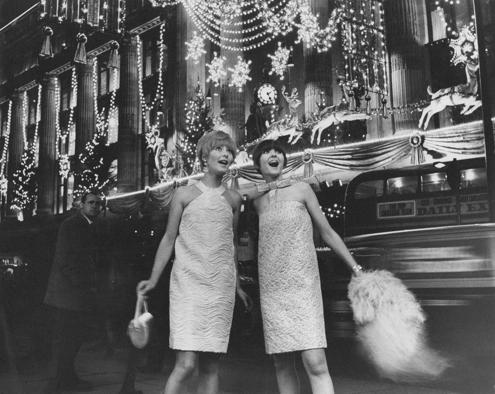 דוגמניות מציגות פריטים של קארדן בשנת 1966 (צילום: GettyimagesIL)