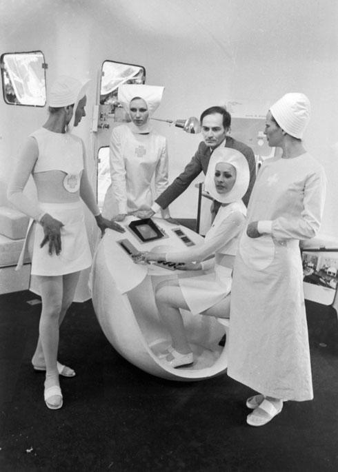קארדן מציג את עיצוביו, 1970 (צילום: GettyimagesIL)
