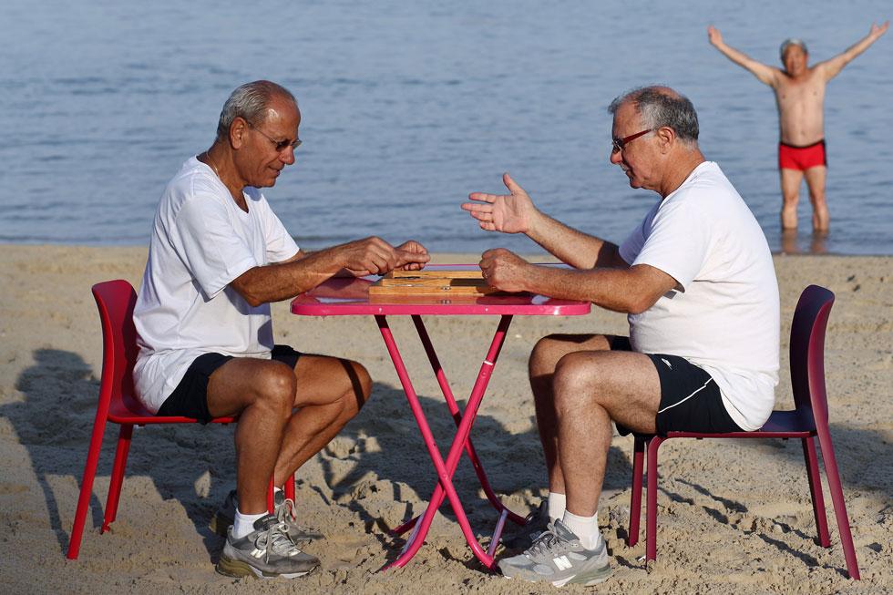 מה קורה כשמוציאים את רהיטי היוקרה מהקטלוג, ומביאים אותם לחוף בת ים? לחצו להפקה המיוחדת (צילום: דן פרץ)