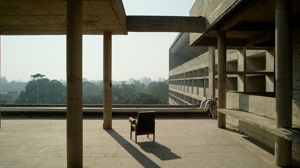 סיפור נדיר הוא מסעם המרתק של רהיטים פשוטים שעיצבו לה קורבוזייה ופייר ז'אנרה, ממבני ציבור בהודו לבתי אספנים במערב. לחצו לכתבה (צילום: Amie Siegel)