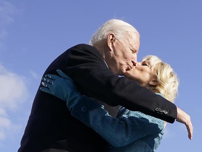 אתם מרגשים אותנו! ג'יל וג'ו ביידן (צילום: AFP)