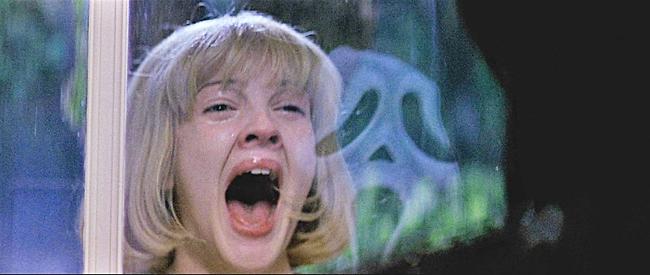 """דרו ברימור מתוך """"צעקה"""" (צילום מסך)"""