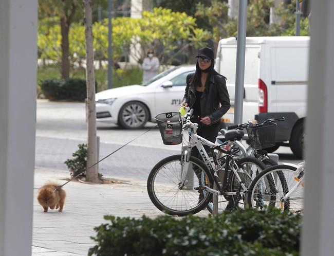 חברה אחת בריתוק בבסיס, חברה אחרת מטיילת עם הכלב (צילום: מוטי לבטון)