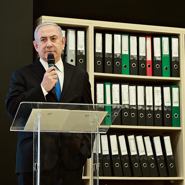 נתניהו עם הקלסרים במסיבת העיתונאים שחשפה את המבצע   צילום: אוראל כהן
