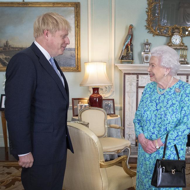 שומר אמונים למלכה. אליזבת ובוריס ג'ונסון (צילום: Gettyimages)