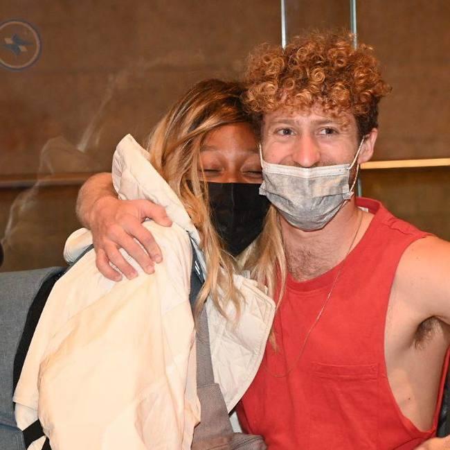 עדן אלנה ובן הזוג יונתן גבאי על תקן המלווה (צילום: יאיר שגיא)