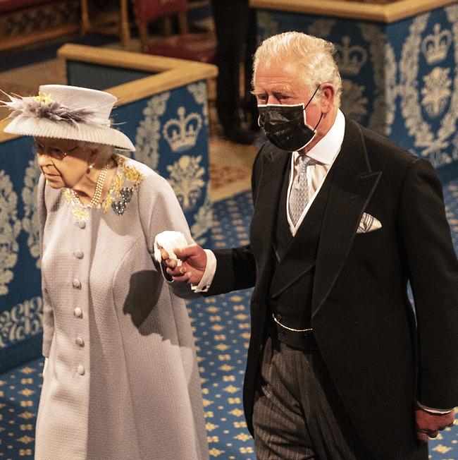 """""""מה נעשה עם הילד הזה?"""". צ'רלס והמלכה אליזבת (צילום: Gettyimages)"""