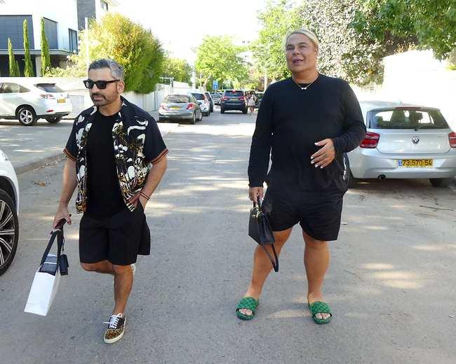 אחד אחראי על השיער, השני על הבגדים. מיקי בוגנים וסיימון אלמלם (צילום: אמיר מאירי )