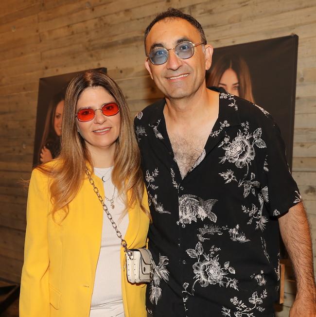 בפוזה של משקפי שמש. ישאל קטורזה ואשתו סורלה (צילום: רפי דלויה)