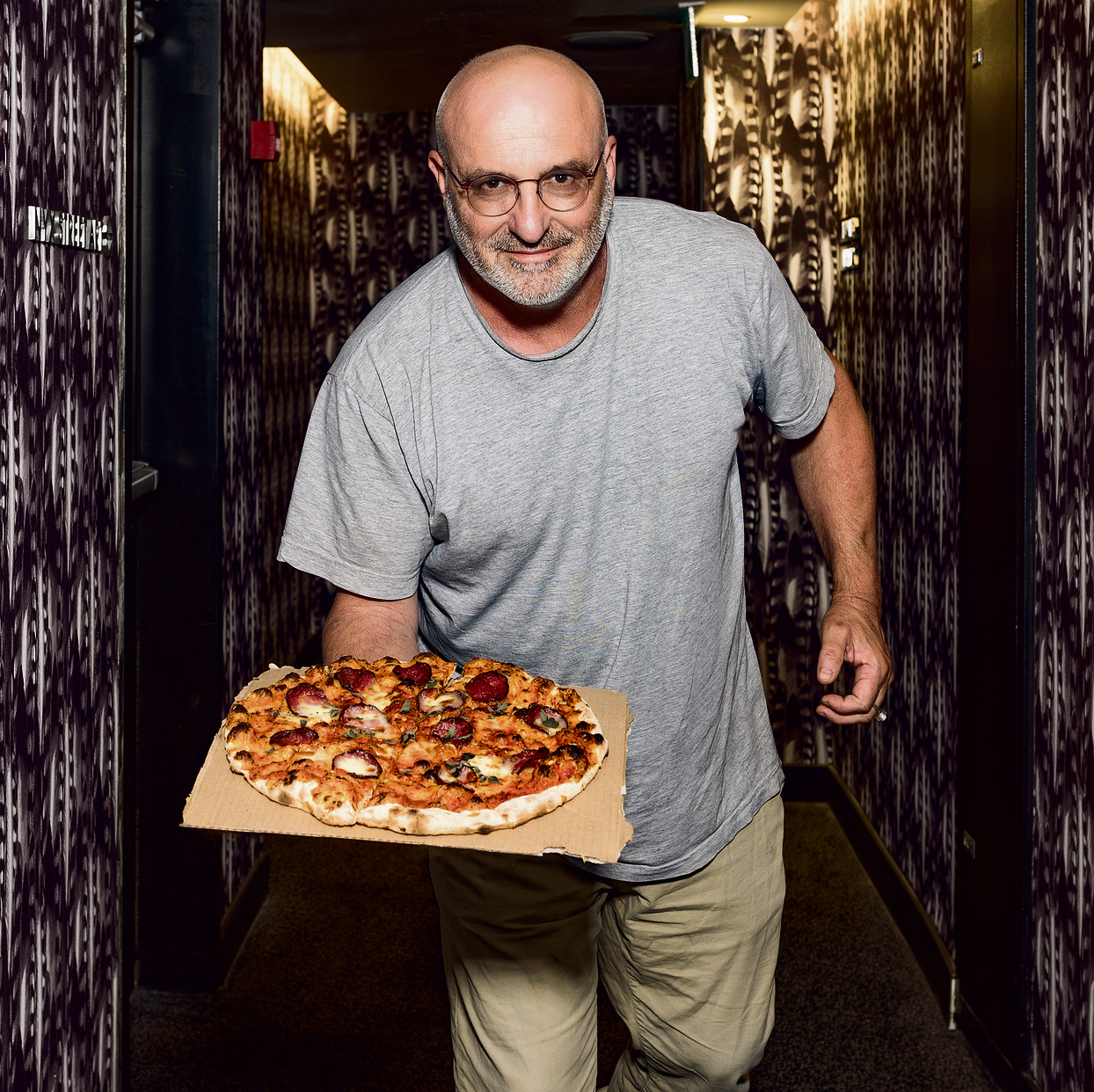 """""""אני יכול לקחת פיצה ולקרוא לה ערס־פואטית"""". קומרובסקי ופיצה   צילום: גבריאל בהרליה"""