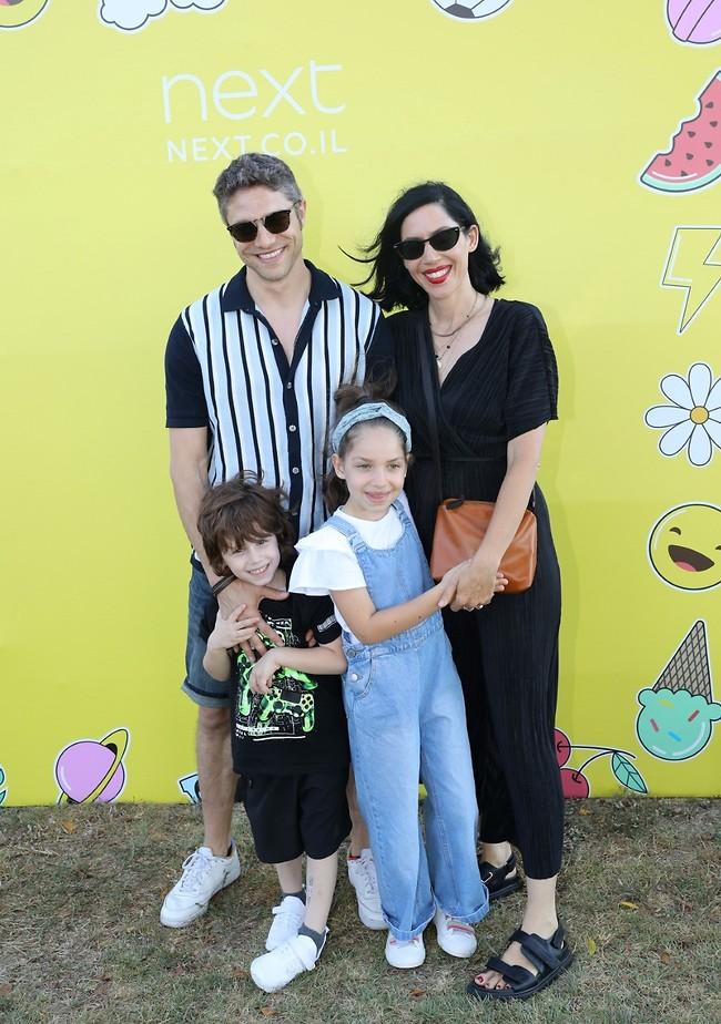 משפחה מנצחת. איגי וקסמן ועתי שולברג עם הילדים (צילום: רפי דלויה)