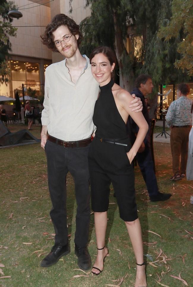 גם בן הזוג לא פספס את הרגע הגדול. נשר והחבר גיא קורנובסקי (צילום: ענת מוסברג)