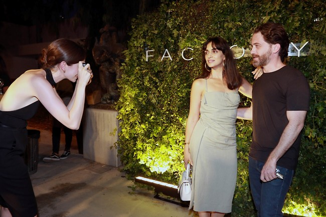 כשהמארחת גם מוצאת זמן לצלם את האורחים. תום אבני ולירז צ'רכי  (צילום: ענת מוסברג)