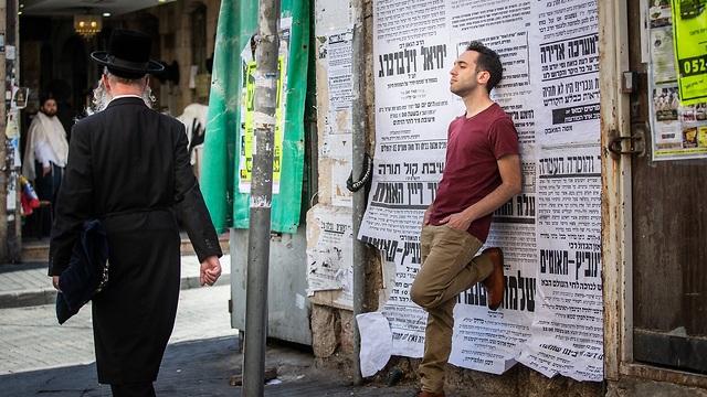 בן זילברמן בשכונת גאולה בירושלים (צילום: אלכס קולומויסקי)