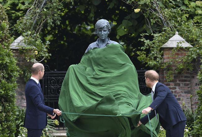 חושפים את הפסל (צילום: Ap)