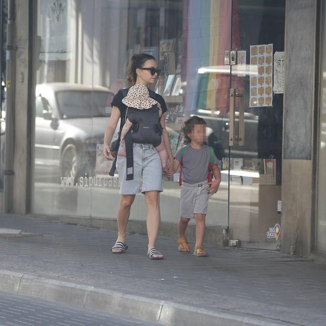 רשי ותמרה עם אמא נלי (צילום: מוטי לבטון)