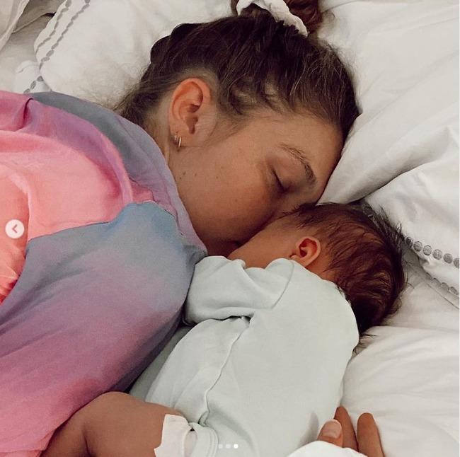 חדיד ובתה התינוקת קאי (צילום: אינסטגרם)
