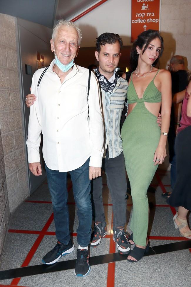 מתי החתונה? מוני מושונוב עם הבן מיכאל וארוסתו שירן קריחלי (צילום: ענת מוסברג)