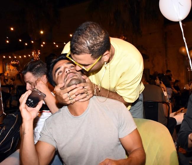 אתה תקבל נשיקה בלחי. קונטנטו ותום חיימוב (צילום: אמיר מאירי)