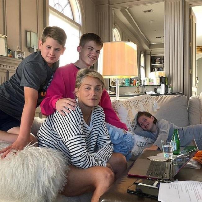 שרון סטון ושלושת ילדיה המאומצים, רואן, ליירד וקווין  (צילום: אינסטגרם)