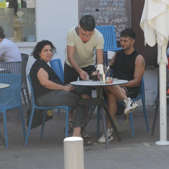 עם הבימאית אסתי נמדר תמאם (צילום: מוטי לבטון)