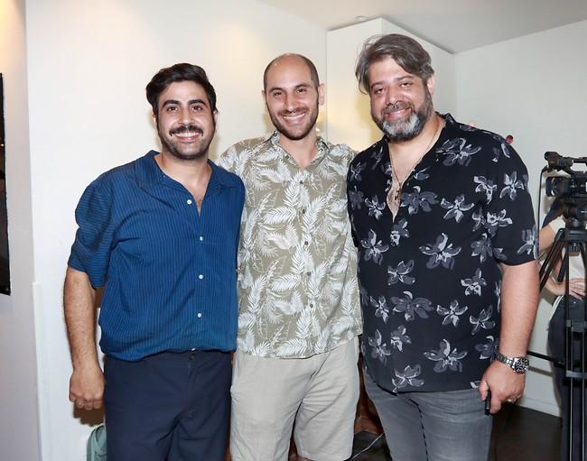 מבסוטים. יניב סוויסה ואמיר שורוש עם תסריטאי הסדרה יניב זוהר (צילום: ענת מוסברג)