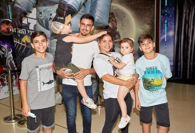 אפשר להתגרש ולהגיע לאירועי השקה ביחד. ג'קי אזולאי ובעלה לשעבר, ישראל עם הילדים (צילום: שוקה כהן )